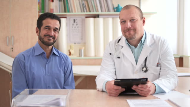 HD :DOLLY ポートレート、医者と患者の ビデオ