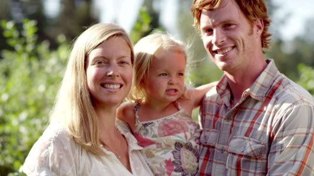 portrait of a family at a fruit farm - attività agricola video stock e b–roll