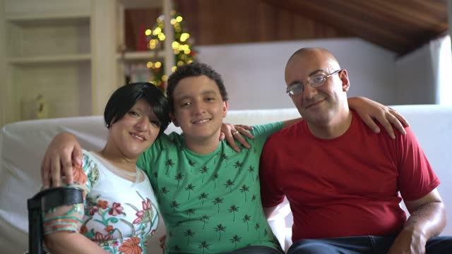 クリスマスの間に自宅で家族の肖像画 - disabilitycollection点の映像素材/bロール
