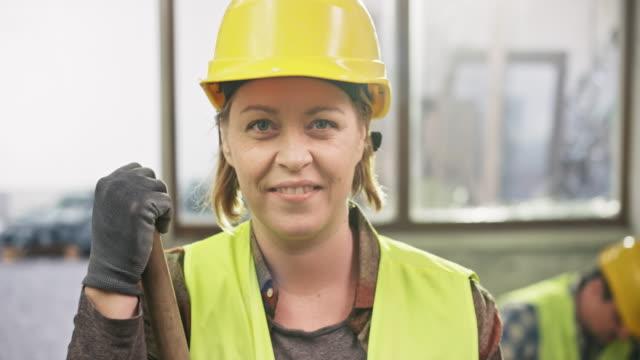 女性の建設労働者の肖像 - 建設作業員点の映像素材/bロール