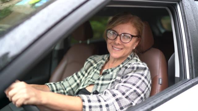 vídeos de stock, filmes e b-roll de retrato de um excitador fêmea que sorri dentro de um carro - carro mulher