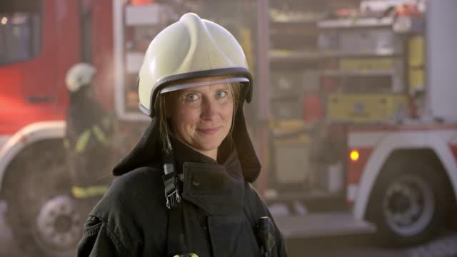Porträt eines weiblichen Feuerwehrmannes einen Schutzhelm tragen – Video