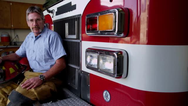 Retrato de un camión de bomberos de estar - vídeo