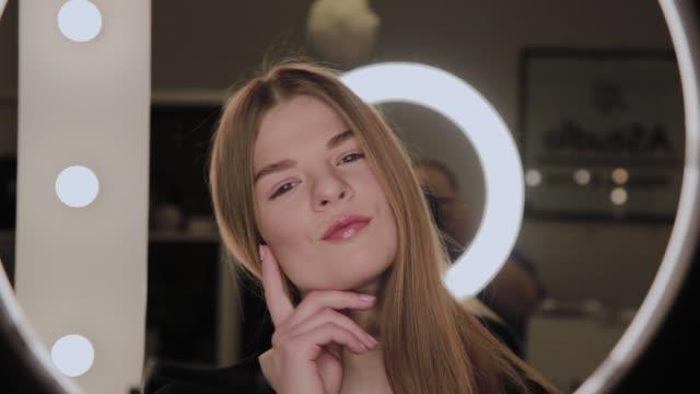 ●目には環状 led ライトを反射した女の子の肖像 - 指輪点の映像素材/bロール