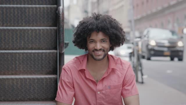 vídeos de stock, filmes e b-roll de retrato de bonito homem afro-americano - afro americano