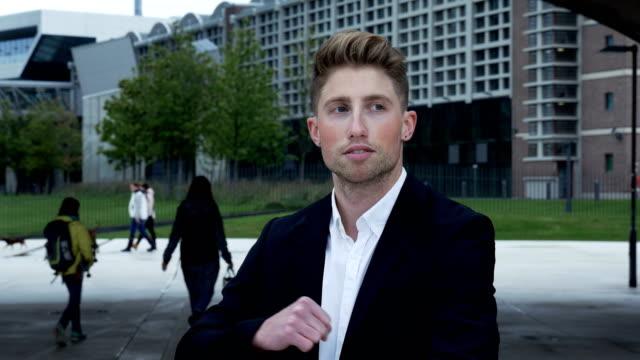 stockvideo's en b-roll-footage met portret van een knappe jongeman die dansen langzaam - men blazer