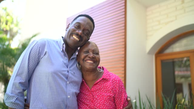 vídeos de stock, filmes e b-roll de retrato de um par feliz em casa - etnia