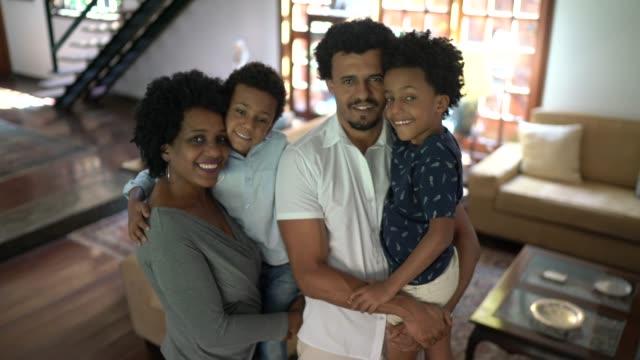 ritratto di una famiglia felice a casa - armonia video stock e b–roll