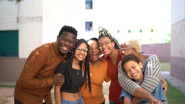 抱き合う幸せな家族の肖像画 - ブラジル文化点の映像素材/bロール