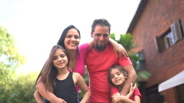 porträt einer glücklichen familie im hinterhof - grundstück stock-videos und b-roll-filmmaterial