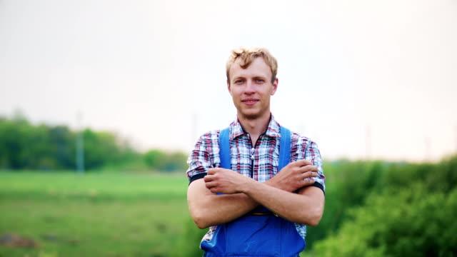 自然の中で幸せな農家の男のポートレート ビデオ