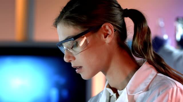 HD DOLLY: Porträt von einem glücklich weibliche Wissenschaftler – Video