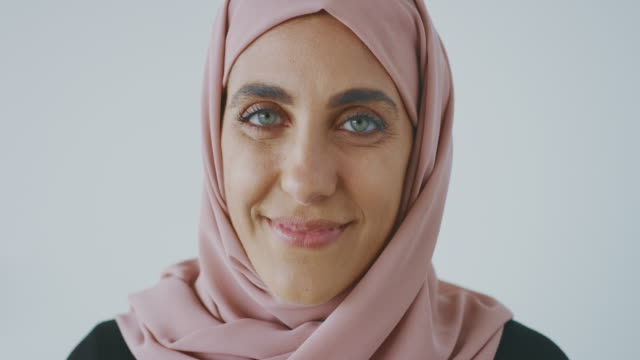 porträtt av en lycklig muslimsk kvinna - hijab bildbanksvideor och videomaterial från bakom kulisserna