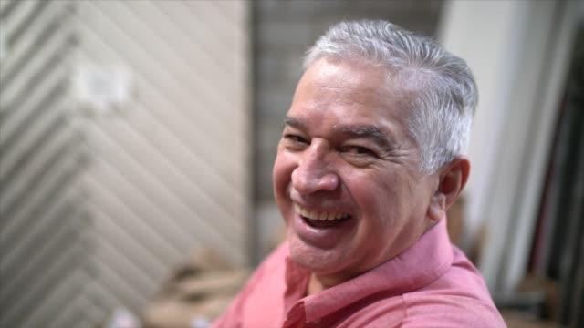 ritratto di un uomo anziano felice - 60 69 anni video stock e b–roll