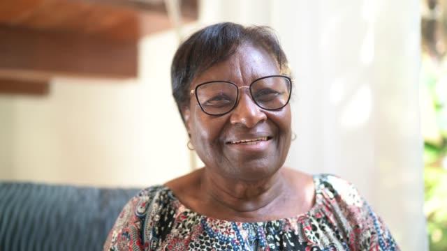 vídeos de stock, filmes e b-roll de retrato de uma mulher idosa feliz em casa - idosos ativos