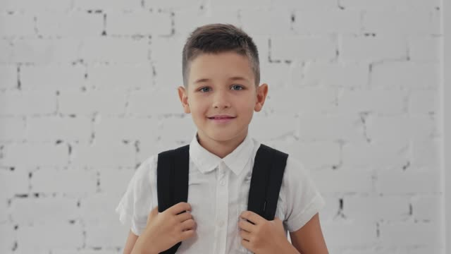 portrait of a happy student with a backpack ready to school. back to school. - scolaro video stock e b–roll