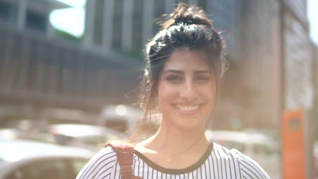 vídeos de stock e filmes b-roll de portrait of a happy young woman - 20 24 anos