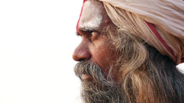 vídeos de stock e filmes b-roll de portrait of a holy indian sadhu - holi