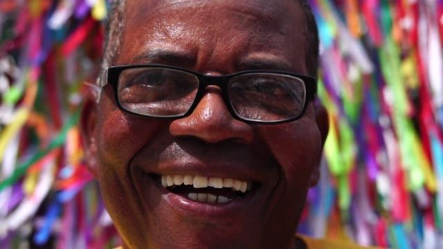 vídeos de stock, filmes e b-roll de retrato de um homem latino sorrindo - povo brasileiro