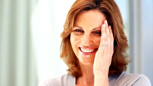 vidéos et rushes de portrait d'une femme d'âge mûr heureux - une seule femme d'âge mûr