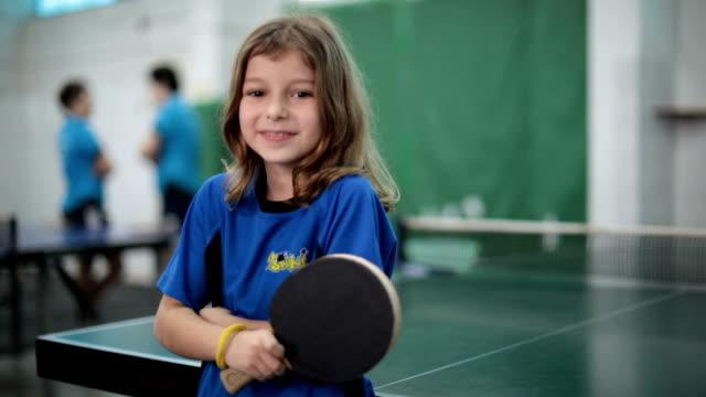 1028e59558356 Portrait d une petite fille tenant une raquette de tennis de table - Vidéo