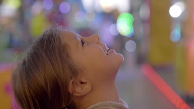 porträtt av en liten lycklig unge leende och leka på luna park. - fritidsanläggning bildbanksvideor och videomaterial från bakom kulisserna