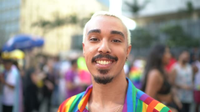porträt eines mannes während der lgbtqi-parade - gay man stock-videos und b-roll-filmmaterial