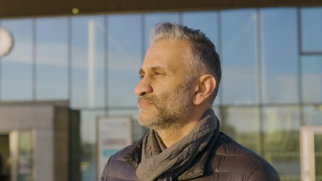 Porträtt av en man som njuter av solnedgången i staden video