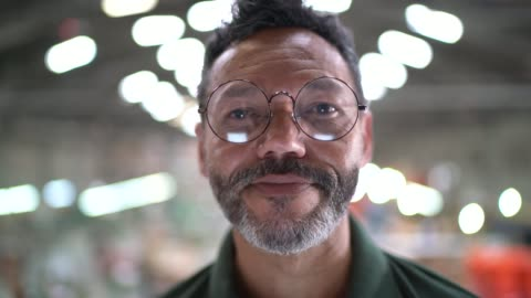 vidéos et rushes de verticale d'un homme dans une usine - portrait