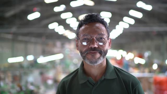 vídeos de stock e filmes b-roll de portrait of a man in a factory - liderança