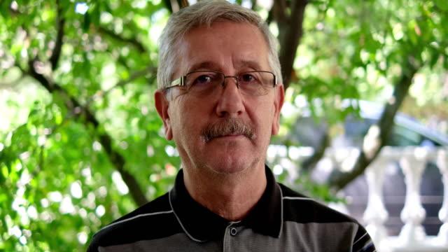 vídeos de stock, filmes e b-roll de retrato de um homem ao ar livre - brasileiro pardo