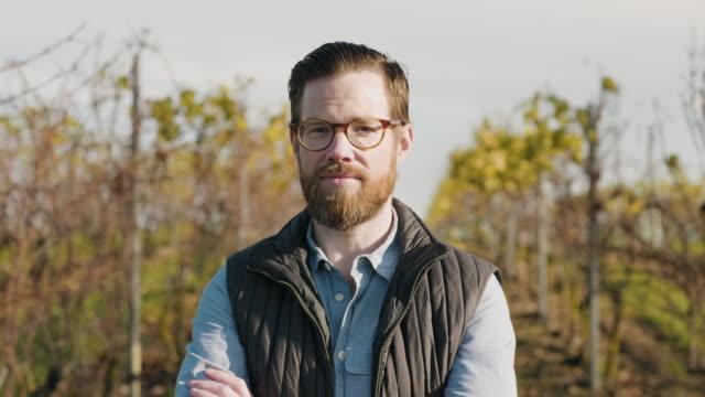 Porträtt av en man som arbetar på en vingård video
