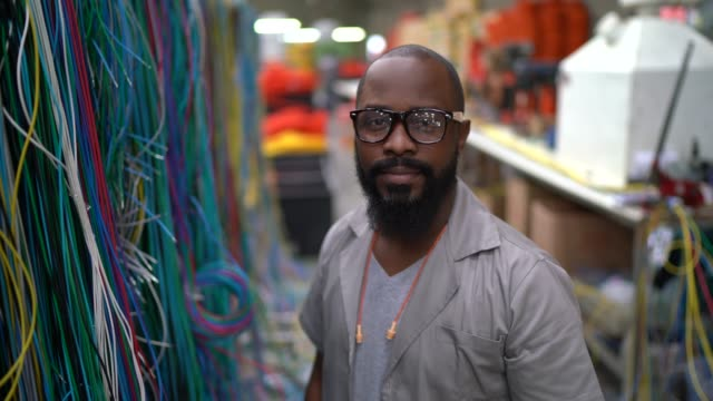 vídeos y material grabado en eventos de stock de retrato de un hombre que trabaja en la industria - cable