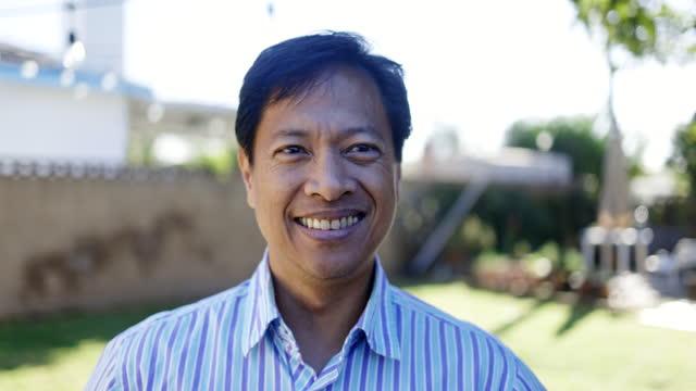 porträt eines reifen philippinischen mannes - philippinischer abstammung stock-videos und b-roll-filmmaterial