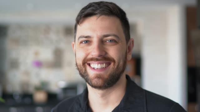 vidéos et rushes de verticale d'un homme mûr souriant à la maison - 30 34 ans