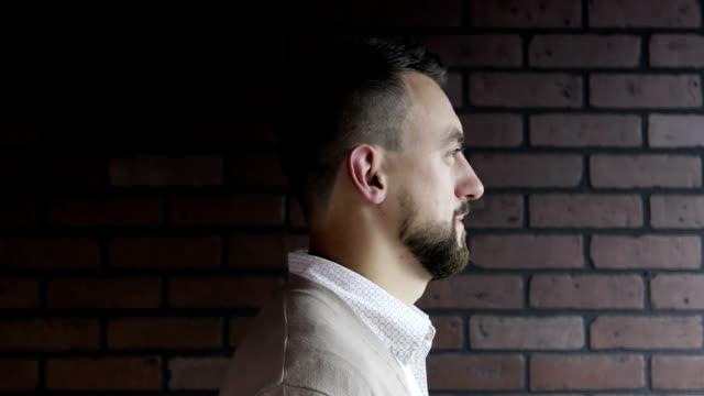 vídeos de stock, filmes e b-roll de retrato de um meio envelhecido homem com uma barba depois de barbearia. - moda urbana