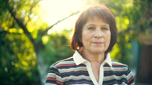 Retrato de una media de edad mujer - vídeo