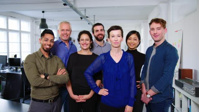 vídeos de stock e filmes b-roll de portrait of a multi-ethnic business team - envolvimento dos funcionários