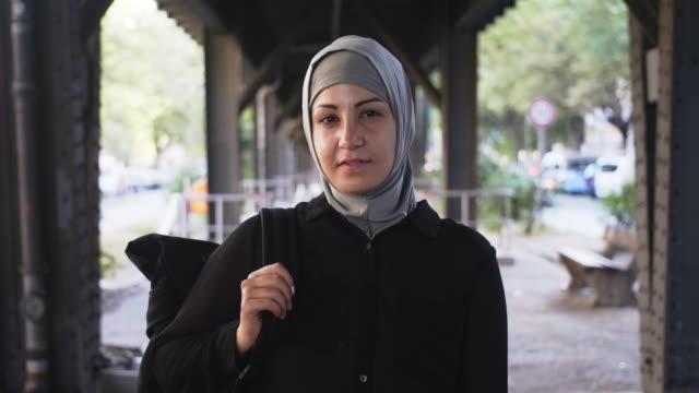 portret muzułmańskiej kobiety podróżniczki z plecakiem (w zwolnionym tempie) - islam filmów i materiałów b-roll