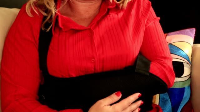 vídeos de stock, filmes e b-roll de retrato de uma mulher com o dedo um braço quebrado com braço de emergência - ortopedia