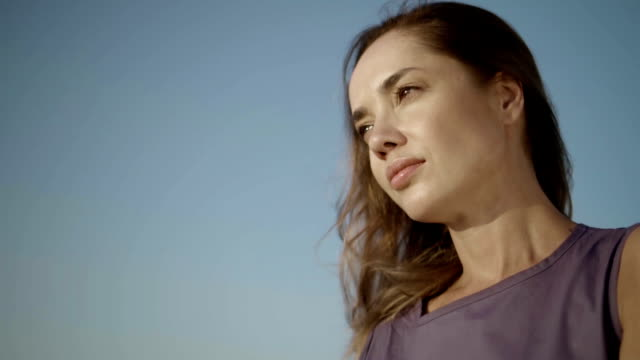 ritratto di ragazza pensierosa. giovane donna che guarda in alto nel cielo - distrarre lo sguardo video stock e b–roll