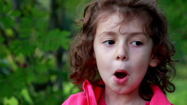 vídeos y material grabado en eventos de stock de retrato de una niña juguetona abriendo la boca como un pez - copiar