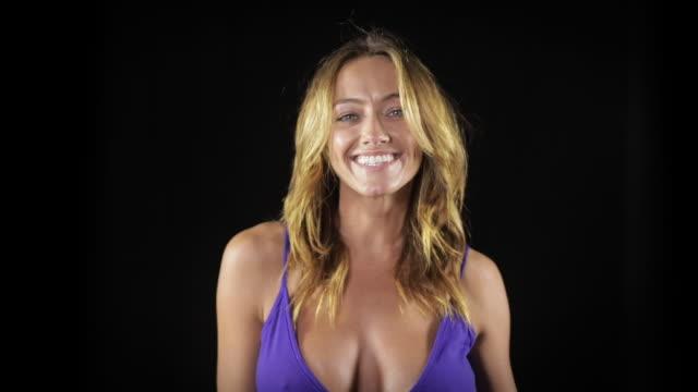 vidéos et rushes de verticale d'une jolie femme dans une robe bleue - décolleté
