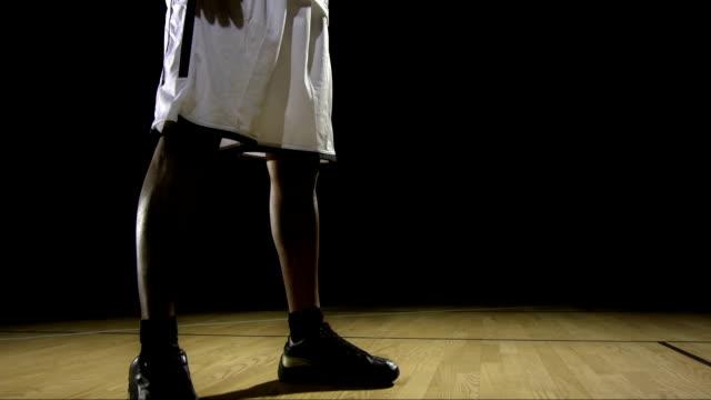 portrait of a professional basketball player - uzun fiziksel özellikler stok videoları ve detay görüntü çekimi