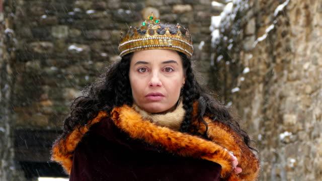 vidéos et rushes de 4 k portrait d'une reine devant son château - couronne reine