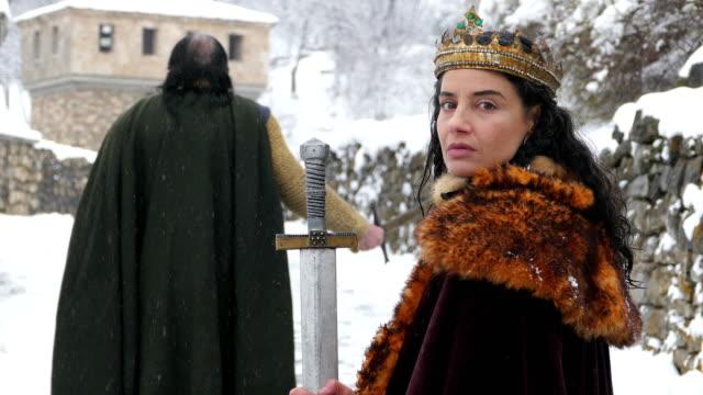 bir kraliçe onu kale önünde 4 k portre - fantastik stok videoları ve detay görüntü çekimi
