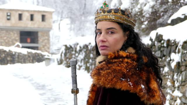 stockvideo's en b-roll-footage met 4 k-portret van een koningin voor haar kasteel - middeleeuws