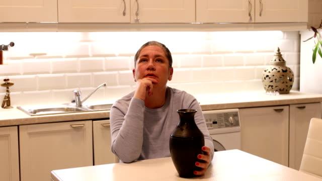 stockvideo's en b-roll-footage met portret van een droevige vrouw met urn - funeral crying