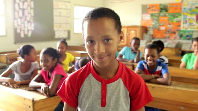 vídeos de stock, filmes e b-roll de retrato de um menino de escola - material escolar