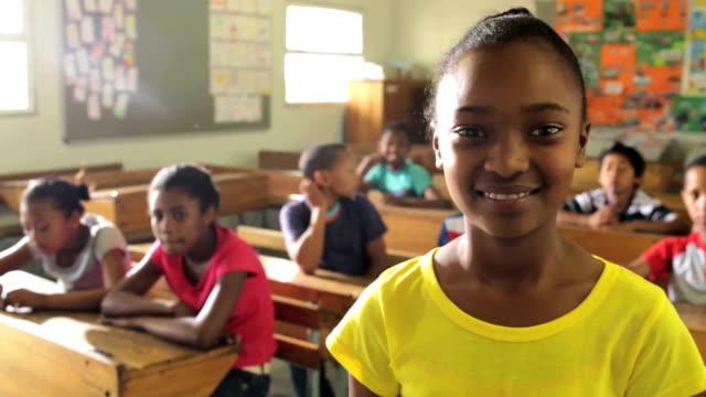 Porträt einer Schule Mädchen – Video